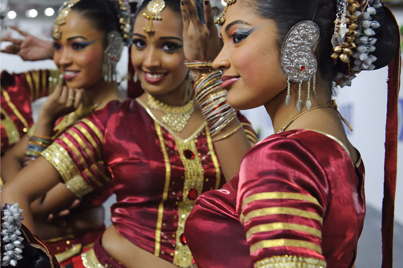 Mieszkanki Sri Lanki zachwycają niebanalną urodą. Na zdjęciu tancerki w tradycyjnych strojach /©123RF/PICSEL