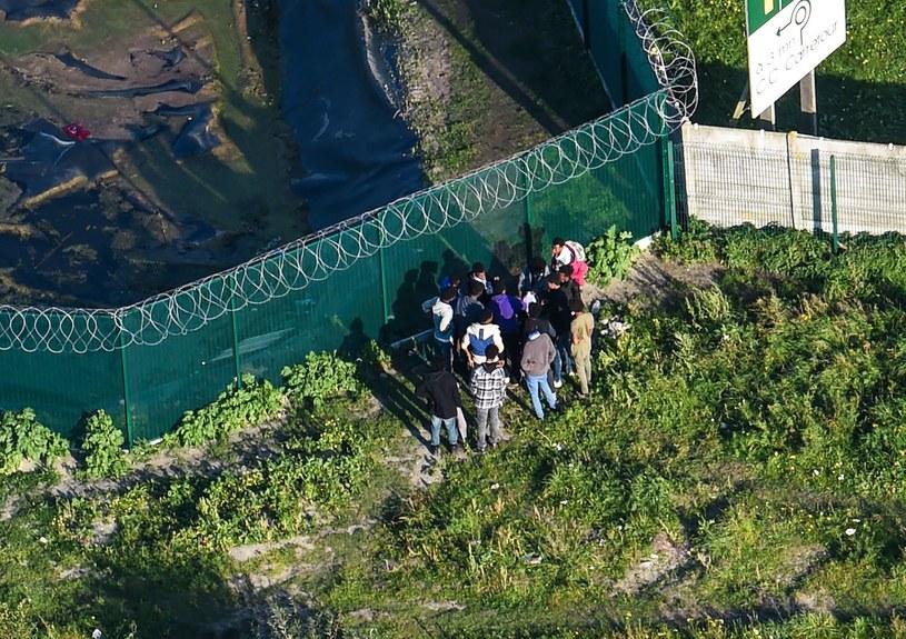 Migranci gromadzący się przy dawnym obozie /FRANCOIS LO PRESTI /AFP