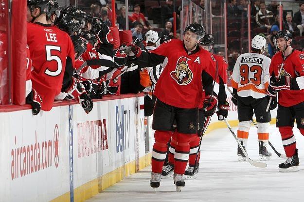 Milan Michalek cieszy się z gola zdobytego w meczu Ottawy z Philadelphia Flyers /AFP