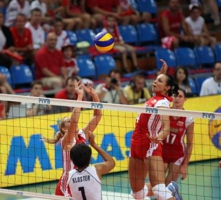 Milena Sadurek-Mikołajczyk wystawia Dorocie Pykosz /www.fivb.org