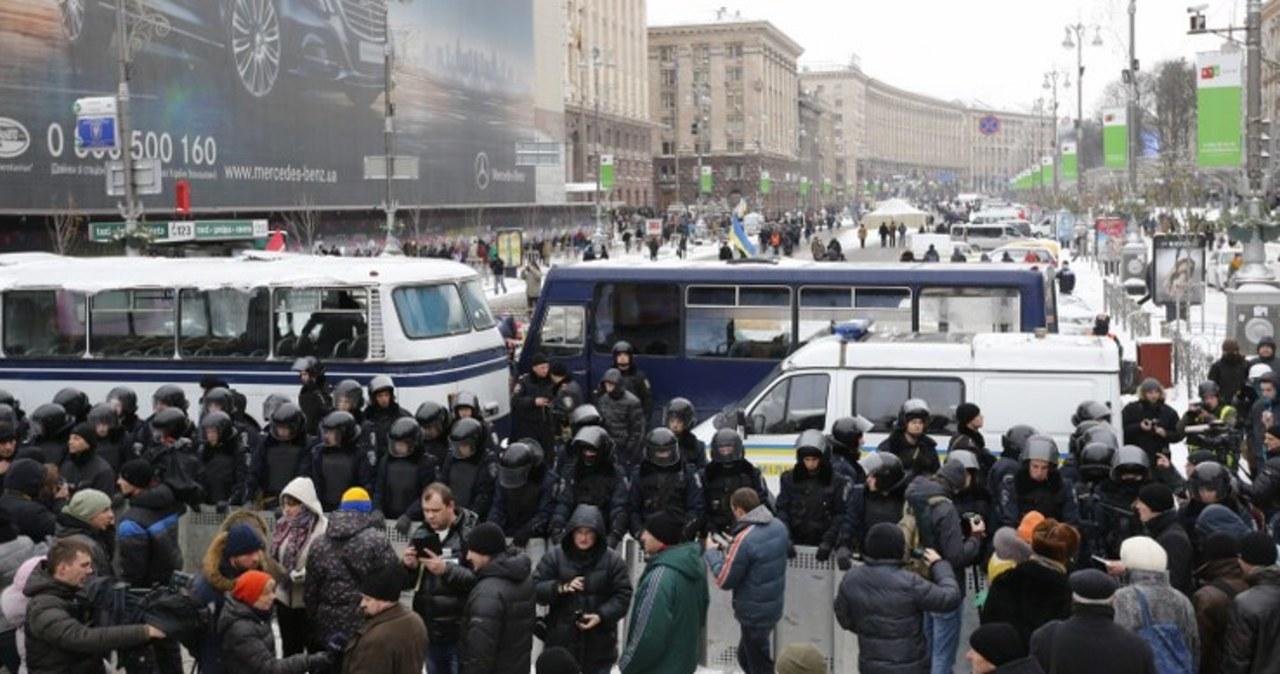 Milicja, Berkut i wojska wewnętrzne otoczyły Kijów