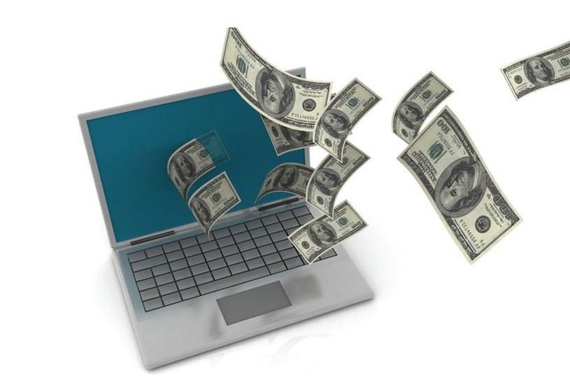 Miliiony za nic rozdają w internecie tylko oszuści /©123RF/PICSEL