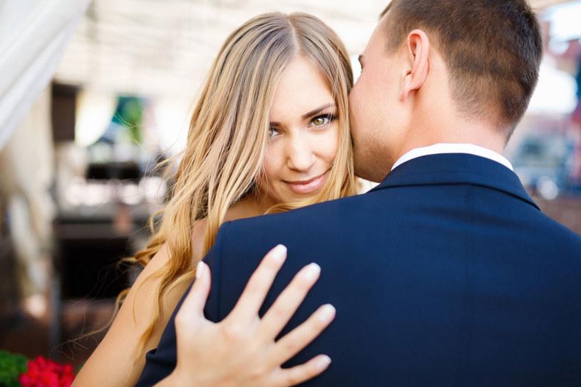 Miłość partnerska to zobowiązanie, czyli umówienie się na coś, ustalenie zasad, których partnerzy chcą w związku przestrzegać /123RF/PICSEL