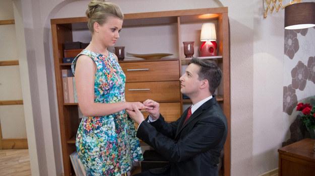 Miłosz wyciągnie zaręczynowy pierścionek i wsunie go Bożence na serdeczny palec. Lubiczówna będzie zachwycona! /Agencja W. Impact