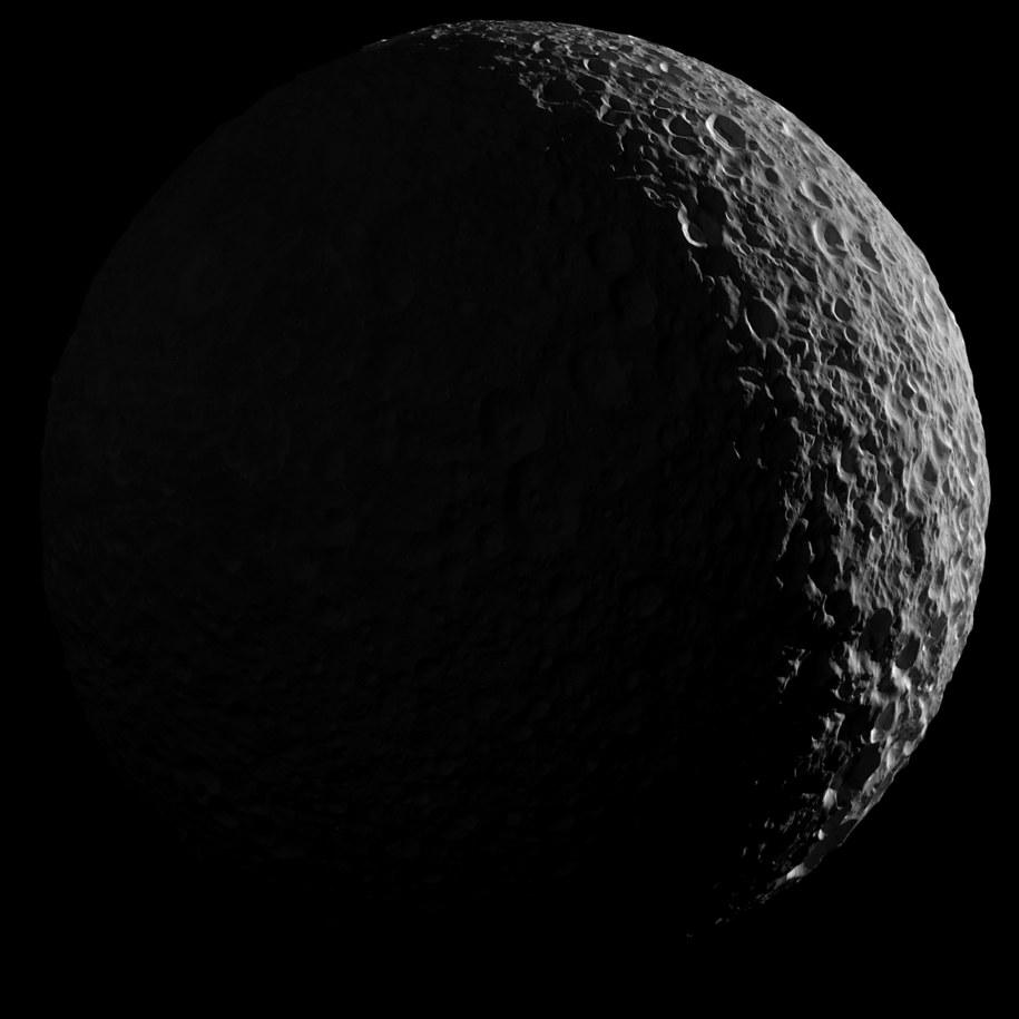 Mimas w obiektywie sondy Cassini /NASA/JPL-Caltech/Space Science Institute /materiały prasowe
