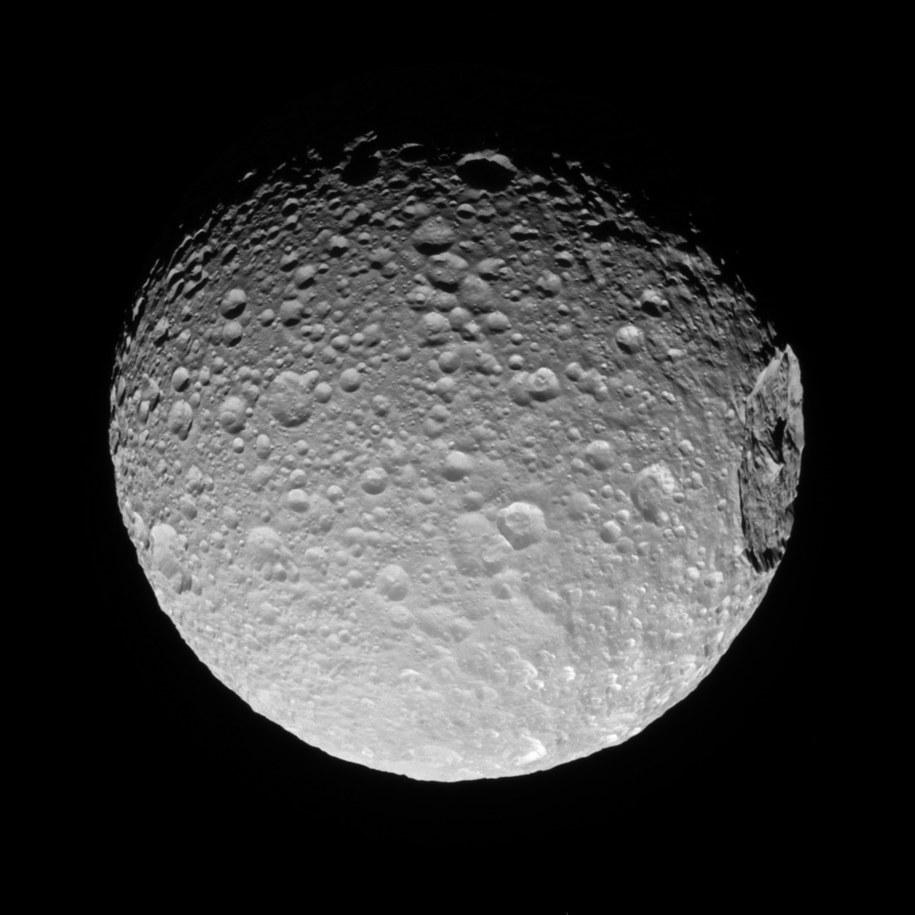 Mimas z kraterem Herschel (po prawej) /NASA/JPL-Caltech/Space Science Institute /materiały prasowe