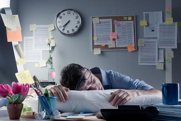 Mimo chronicznego zmęczenia, mroczków przed oczami, porannego bólu brzucha nie odpuszczamy /123RF/PICSEL