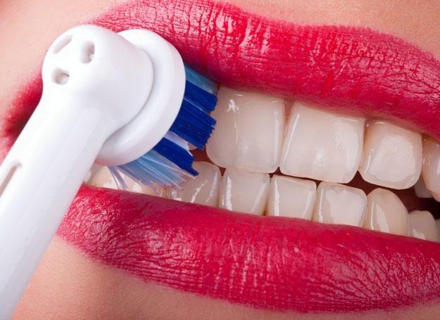 Mimo codziennej pielęgnacji na zębach stale odkłada się kamień nazębny /© Panthermedia