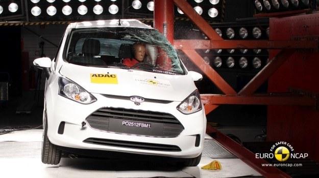 Mimo nietypowej konstrukcji nadwozia (środkowy słupek wbudowany w drzwi), Ford B-Max zdobył w crash teście maksymalną ocenę pięciu gwiazdek. /Euro NCAP