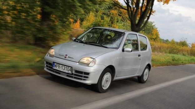Mimo niewielkich rozmiarów, Fiat Seicento był rejestrowany jako auto pięcioosobowe. /Motor