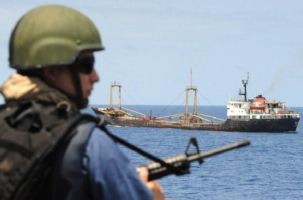 Mimo ochrony szlaków przez międzynarodwe siły i tak dochodzi do częstych ataków /AFP