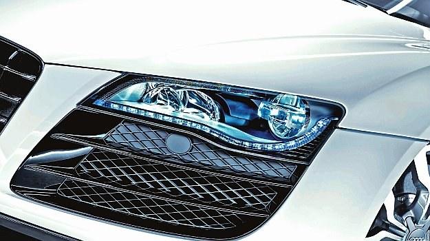 Mimo podobnej mocy znamionowej żarówki różnią się poziomem emisji światła /Motor