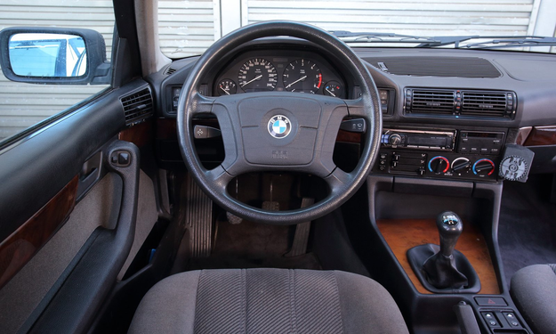 Mimo sporego wieku wnętrze BMW wygląda wciąż atrakcyjnie. Według licznika samochód ma 360 000 km przebiegu, ale nie można wykluczyć, że ktoś tu coś manipulował... /Motor