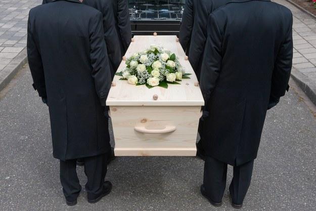 Mimo że śmierć jest często tematem tabu, to z racji na swoją powszechność, stanowi ona dla wielu osób pośrednie źródło utrzymania /123RF/PICSEL