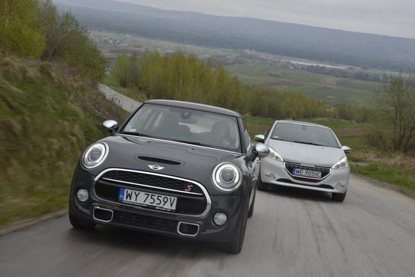 Kręta górska droga to ich żywioł. Dopóki jest gładka, prowadzi Mini, zaś na dziurawej lepiej spisuje się Peugeot.