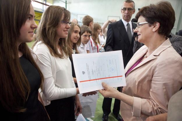 Minister edukacji Krystyna Szumilas (P) uczestniczy w zakończeniu roku szkolnego /Marek Klinski /PAP