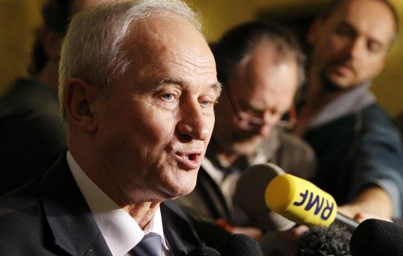 Minister energii Krzysztof Tchórzewski (L) rozmawia z dziennikarzami /Andrzej Grygiel /PAP