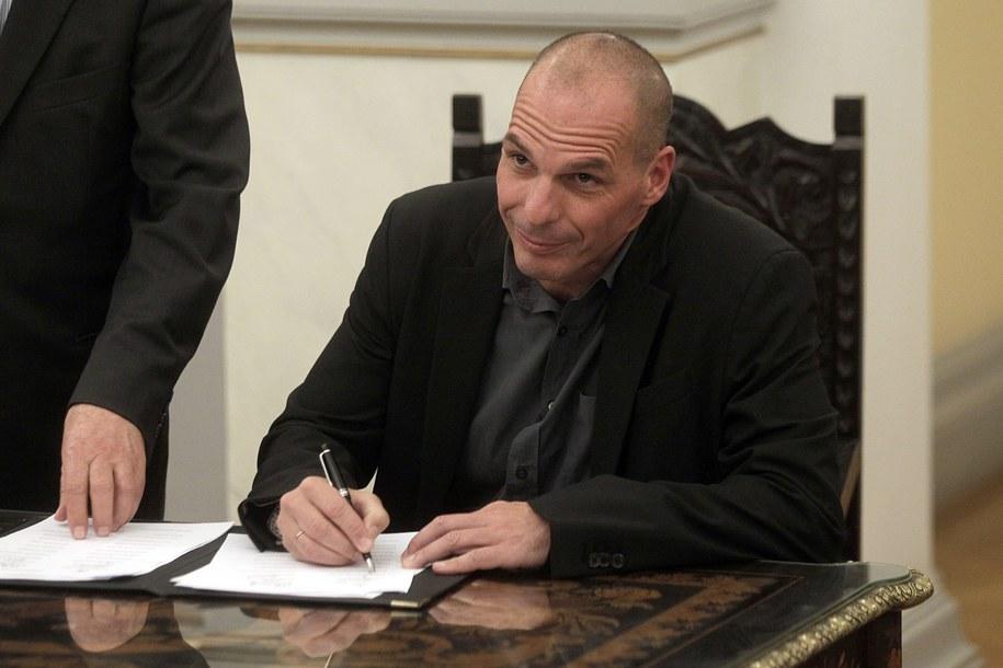 Minister finansów Grecji Janis Warufakis składa podpis pod aktem zaprzysiężenia rządu /ORESTIS PANAGIOTOU /PAP/EPA