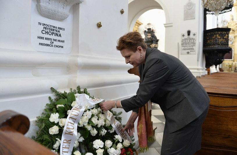 Minister kultury i dziedzictwa narodowego Małgorzata Omilanowska składa kwiaty przed tablicą upamiętniającą miejsce złożenia serca Fryderyka Chopina w Bazylice św. Krzyża w Warszawie /Marcin Obara /PAP