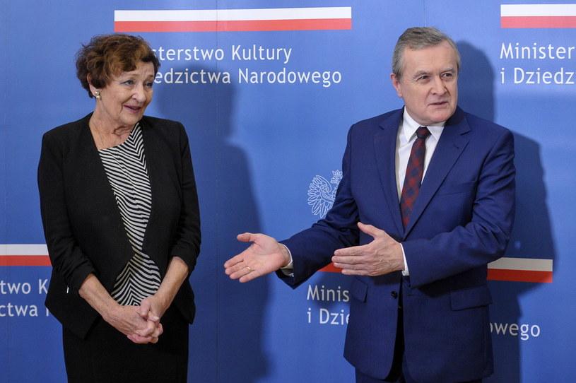 Minister kultury i dziedzictwa narodowego Piotr Gliński (P) podczas uroczystości przyznania medalu Gloria Artis aktorce Ewie Dałkowskiej (L) /Marcin Obara /PAP