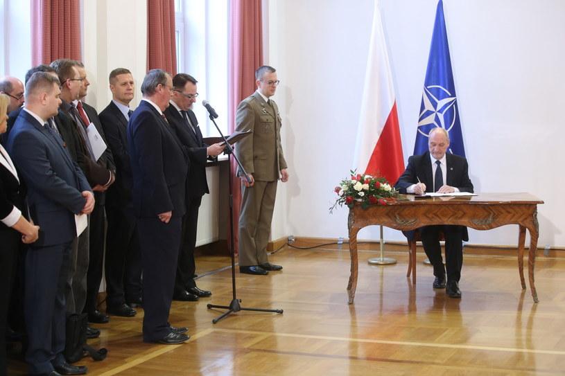 Minister obrony narodowej Antoni Macierewicz podpisuje odpowiednie dokumenty /Rafał Guz /PAP