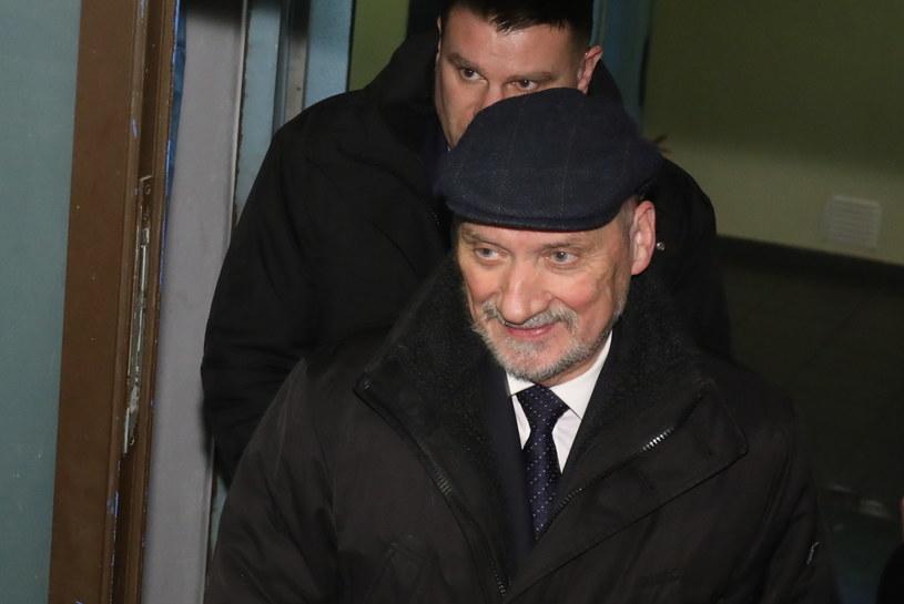 Minister obrony narodowej Antoni Macierewicz wychodzi ze spotkanie kierownictwa PiS /Paweł Supernak /PAP