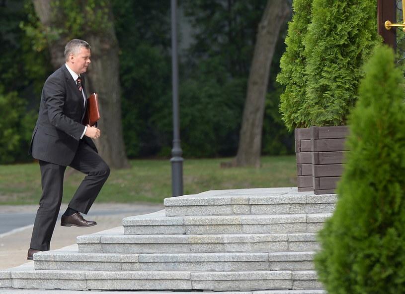 Minister obrony Tomasz Siemoniak w drodze na spotkanie z premierem Donaldem Tuskiem w KPRM w Warszawie /Radek Pietruszka /PAP