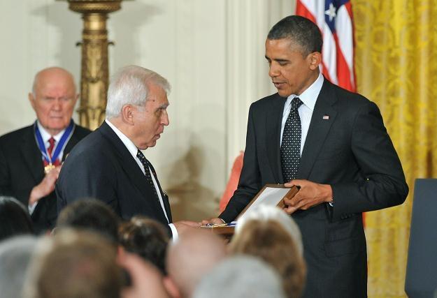 Minister Rotfeld odbiera z rąk prezydenta Obamy medal dla Jana Karskiego /Agencja FORUM