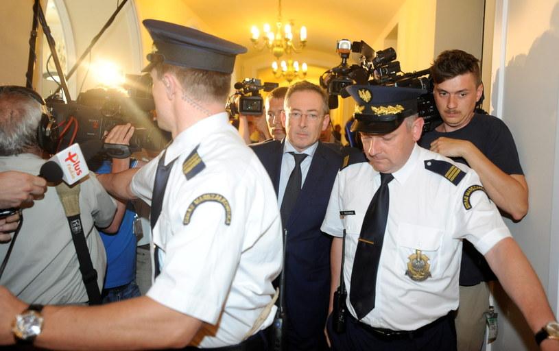 Minister spraw wewnętrznych Bartłomiej Sienkiewicz (C) w drodze na spotkanie z klubem PSL. /Bartłomiej Zborowski /PAP