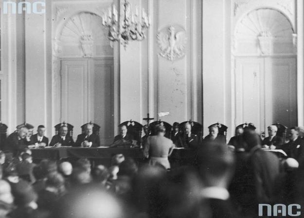 Minister spraw wojskowych Józef Piłsudski (stoi tyłem) podczas składania zeznań przed Trybunałem Stanu w sprawie byłego ministra skarbu Gabriela Czechowicza /Z archiwum Narodowego Archiwum Cyfrowego