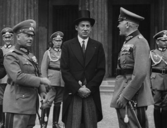 Minister spraw zagranicznych Polski Józef Beck (w środku) w towarzystwie ministra wojny Rzeszy Wernera von Blomberga (z prawej) i naczelnego dowódcy wojsk lądowych generała Wernera von Fritscha /Z archiwum Narodowego Archiwum Cyfrowego