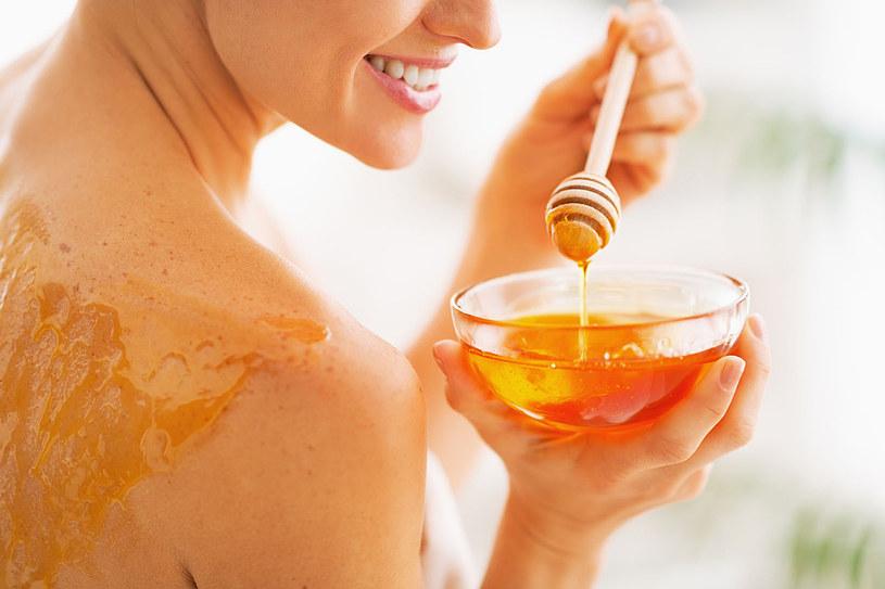 Miód jest składnikiem wielu kosmetyków zapobiegających starzeniu się skóry. Nie tylko bowiem świetnie ją nawilża, ale także spłyca drobne zmarszczki i pobudza produkcję kolagenu oraz elastyny /123RF/PICSEL