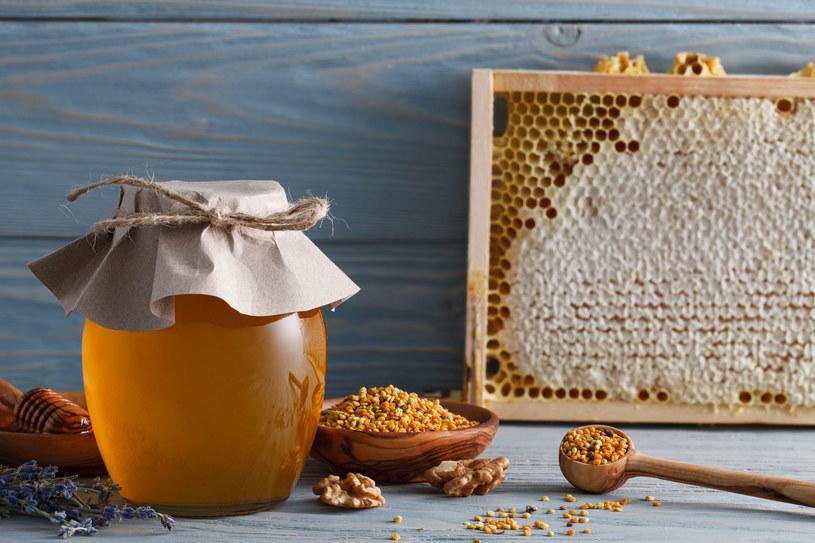 Miód – pomaga zwalczać wirusy i bakterie. Nadaje się do też pielęgnacji skóry, ułatwia gojenie ran. /©123RF/PICSEL