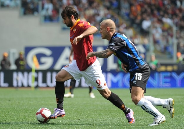 Mirko Vucinic (z lewej) strzelił pierwszego gola w meczu Roma - Atalanta /AFP