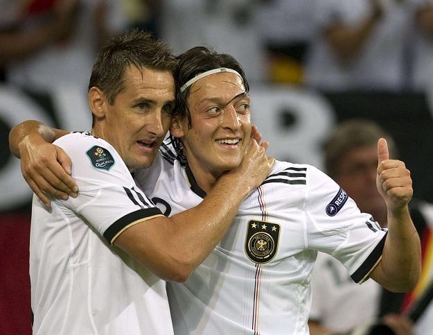 Miroslav Klose i Mesut Oezil /AFP