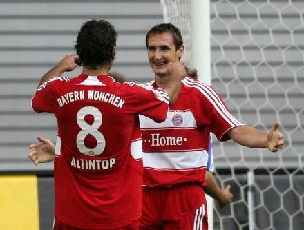 Miroslav Klose odbiera gratulacje po strzeleniu bramki /AFP