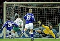Miroslav Klose strzela trzeciego gola. Werder-Anderlecht 5:1 /AFP