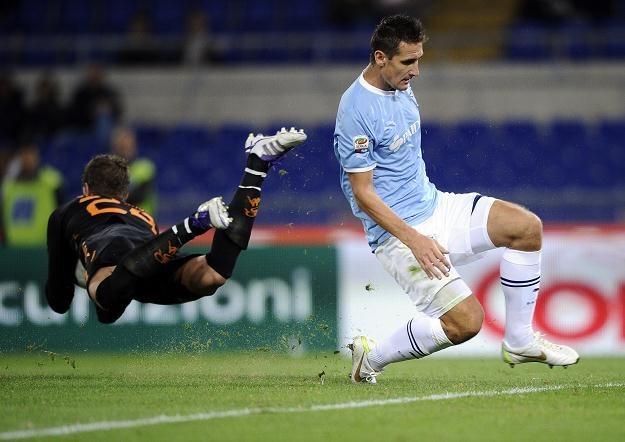 Miroslav Klose (z prawej) strzelił gola na wagę wygranej Lazio w derbach rzymu /AFP