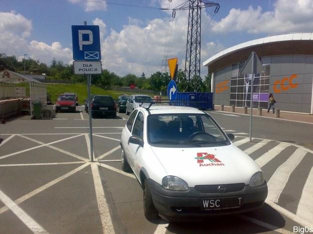 Mistrz parkowania w oplu corsie.
