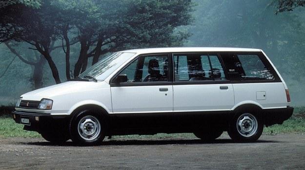 Mitsubishi ma zgrabniejszą od Nissana sylwetkę, lecz ogólny zarys nadwozia niewiele różni się od konkurenta. /Mitsubishi