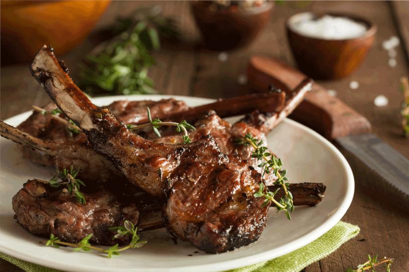 Młodą jagnięcinę najlepiej piec na ruszcie  albo grillować. A podawać  na głębokim talerzu z sosem i pieczywem. /123RF/PICSEL