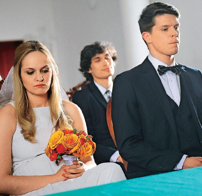 Młoda para w czasie ślubu nie będzie tryskać radością /Świat Seriali