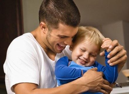 Młodszy ojciec ma więcej energii, starszy jest w stanie zapewnić dziecku lepsze warunki materialne /ThetaXstock