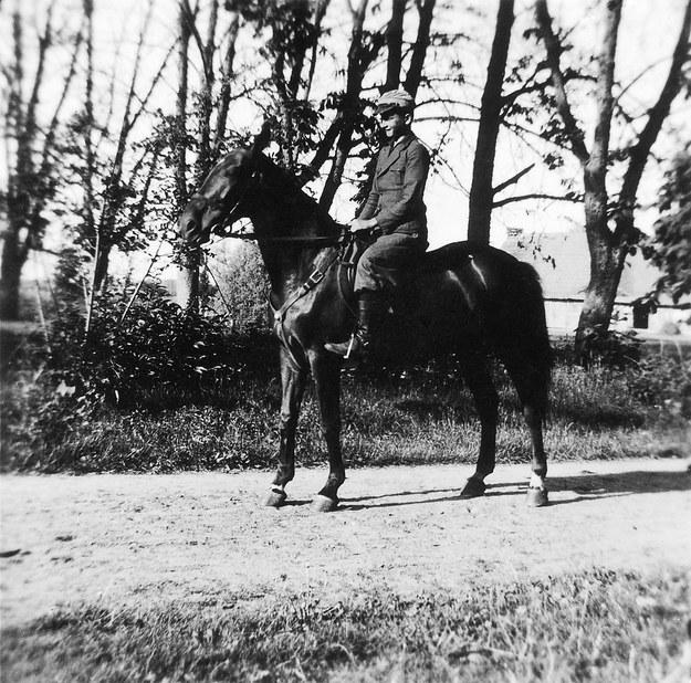 Młody Wojciech Jaruzelski konno, około 1935 r. /Archiwum Wojciecha Jaruzelskiego /East News