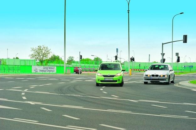 Młodzi kierowcy mają trudności z zachowaniem odstępu od sąsiadującego auta. /Motor