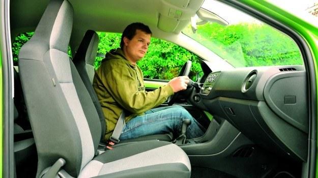 Młodzi kierowcy nie zawsze potrafią dobrać właściwą pozycję za kierownicą i korzystać z lusterek. /Motor