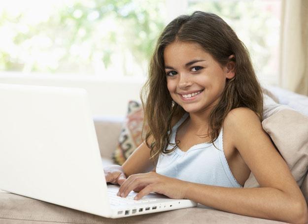 Młodzi ludzie, którzy stosują cyberprzemoc, wysyłając obraźliwe posty na Facebooku /© Panthermedia
