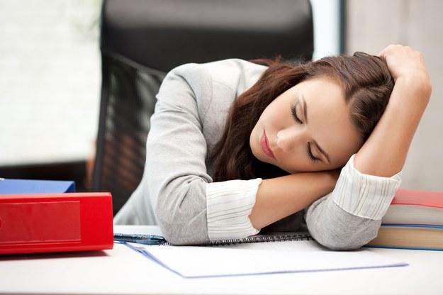 Młodzi ludzie, którzy zbyt mało śpią, częściej podejmują ryzyko /123RF/PICSEL