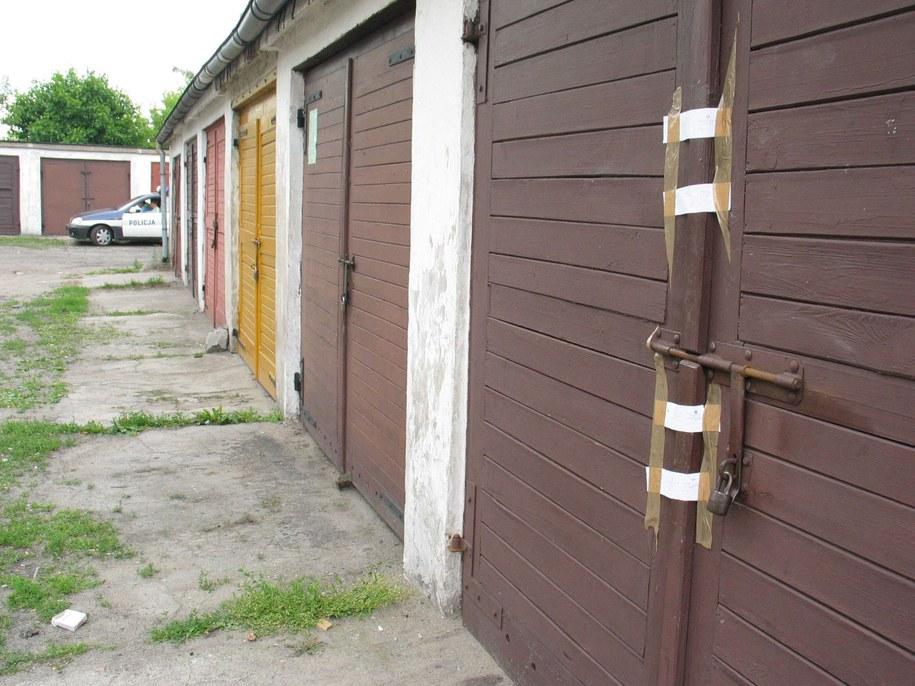 Młodzi ludzie zamknęli się w nocy w garażu (zdjęcie ilustracyjne) /WOJTEK SZABELSKI    /PAP
