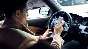 Młodzi Włosi za kierownicą? Smartfon i selfie